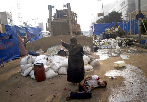 زنی که بولدوزور نظامی را به خاطر مرد زخمی در قاهره نگه میدارد