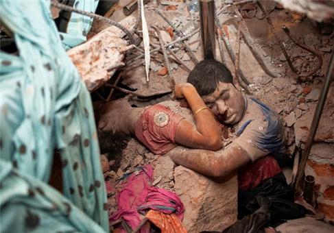 زن و شوهری که زیر آوار پس از فروپاشی یک کارخانه تا آخرین دقایق همدیگر را در آغوش گرفته بودند