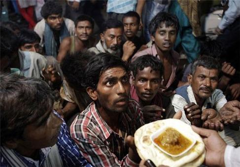 انتظار بیخانمانها برای دریافت غذای رایگان در خارج از مسجد، دهلینو ـ هند