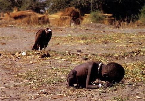 دختر سودانی با یک کرکس