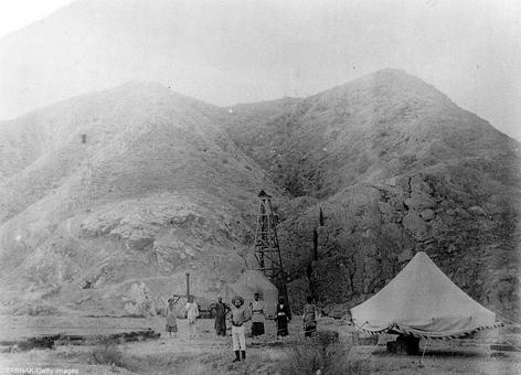 عکس متعلق به حدود سال ۱۲۶۸ شمسی -احتمالاً عکس متعلق به موزه تاریخ آمستردام است. اولین چاه نفت ایران در دالکی بوشهر و کارگران شرکت نفت