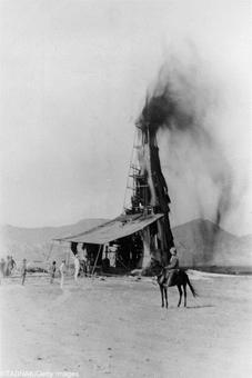 تصویر اولین چاه نفت در مسجد سلیمان مربوط به حدود ۱۰۴ سال پیش