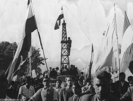 حمل ماکت دکل نفت در تظاهرات مربوط به سال ۱۳۲۹ توسط معترضین و در جریان درگیریهای مخالفین و موافقین ملی شدن صنعت نفت.
