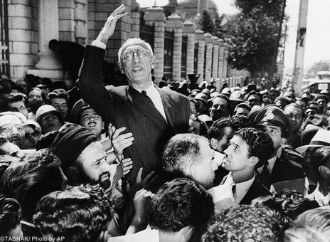 حمل دکتر مصدق بر روی دوش حامیانش در مقابل ساختمان مجلس در جریان مبارزات بر علیه استعمار انگلیس و ملی کردن صنعت نفت.