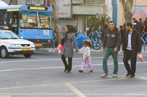 مردم همچنان متمایل به عبور از سطح خیابان هستند!