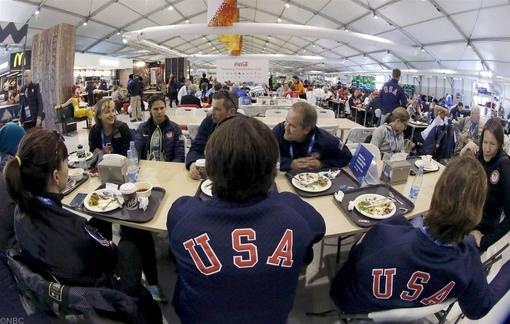 اعضای تیم ملی ایالات متحده آمریکا، درمحل غذاخوری اقامتگاه خود در دهکده المپیک سوچی