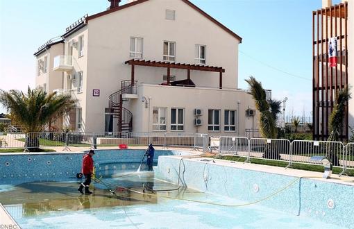 تمیز کردن استخر در محل دهکده المپیک و مجاور اتاقهای اقامتی کاروانهای ورزشی توسط کارگران
