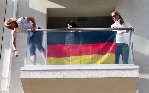 بازیکنان تیم آلمان، به محض ورود به اتاقهای خود، پرچم ملی کشورشان را از بالکن آویزان می کنند