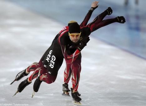 حرکت تمرینی بازکن آلمان قبل از مسابقه در المپیک سوچی در ماده اسکیت سرعت -این تصویر در وضعیت نوردهی چندگانه ثبت شده است