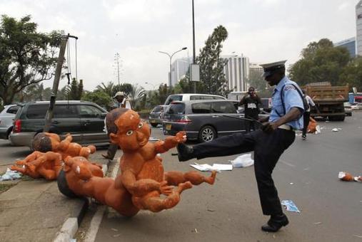 لگد پلیس ضد شورش کنیا به عروسک نوزاد غولپیکر، بجای مانده از تظاهرات مردم به دلیل فقر، فساد، نا امنی و بیکاری در نایروبی/رویترز<br /><br />