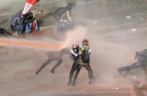 ادامه اعتراضات مردم آنکارا به تصویب لایحه جنجالی افزایش کنترل بر فعالیت های اینترنتی در ترکیه- پلیس توسط گاز اشک آور و خودروی آب پاش تظاهرات کنندگانی که علیه حزب حاکم ترکیه حزب عدالت و توسعه و طیب اردوغان نخست وزیر شعار می دادند، متفرق کرد /رویترز<br /><br />