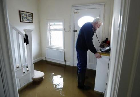 در حالی که علی رغم تلاش مهندسان، بیش از ١۶ هزار خانوار در بریتانیا همچنان در اثر توفان دچار قطع برق هستند، باد و باران سنگین بار دیگر جنوب این کشور را فرا گرفته است.تا شب گذشته برق تنها ده هزار خانوار پس از تخریب شدن دکلهای فشار قوی در توفان، مجددا وصل شده بود/BBC<br /><br />