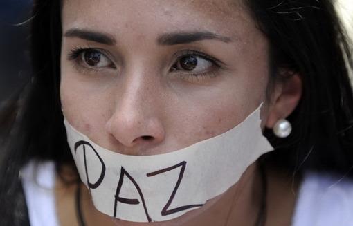 با گذشته بیش از یک هفته از اعتراضات پراکنده و نخستین تظاهرات گسترده در کاراکاس، پایتخت ونزوئلا، که روز پنجشنبه دستکم سه کشته برجای گذشته، این شهر ۲۵ بهمن ماه نیز شاهد راهپیمایی و درگیری میان پلیس و مخالفان دولت بود.بر برچسب نوشته شده است: «صلح»؛ بنا بر گزارشها این از شعارهای اصلی دانشجویان معترض به دولت است/RFE/RL<br /><br />