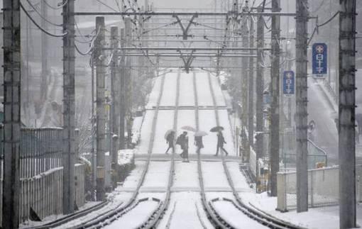 توکیو همچنان در محاصره برف و کولاک/آنسا<br /><br />