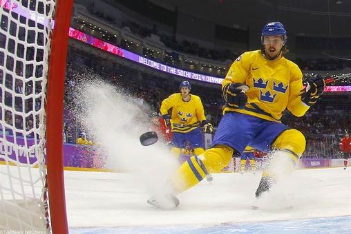 چهره اریک کارلسون سوئدی هنگامیکه به تیم سوئیس در رقابنهای مردان هاکی روی یخ گل زده