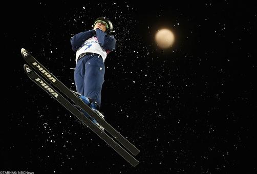 امیلی کوک آمریکایی در تمرین قبل از شروع مسابقه خود در ماده اسکی نمایشی زنان