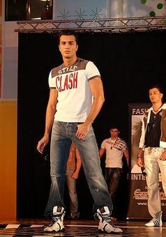 اطهری در مقام یک مدل لباس