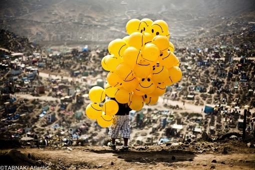 ارسال از پرو - مرد بادکنک فروش در یک گورستان در لیما پایتخت پرو