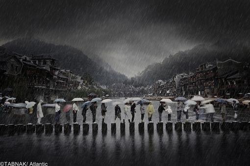 ارسال از چین - آمد و شد مردم بر روی ستونهای باریک برای گذر از عرض رودخانه