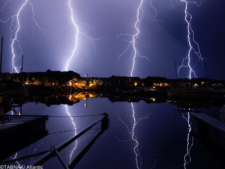 تصویری از رعد و برق در نوردیکس سوئد که با بردباری بالا و نوردهی حدود یکساعت ثبت شده است