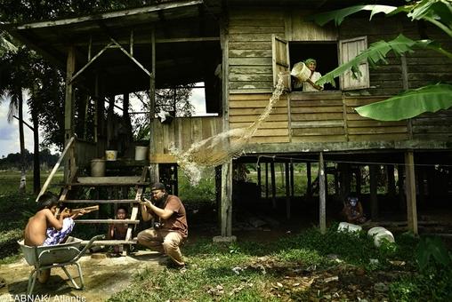 عکس گرفته شده در روستایی واقع در مالزی- عکاس توانسته با استفاده از نور محیط و سرعت شاتر بالا عکسی اینگونه خلق نماید