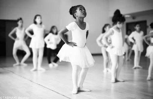 جایزه فرهنگ به این عکس رسیده - عکاس با در نظر گرفتن دخترک رنگین پوست در میان سایر همکلاسیهایش در کلاس باله این تقابل نژادی را به تصویر کشیده