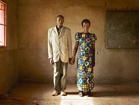 دومینیک ناداهیمانا مرد حاضر در این تصویر به غارت کانسایلد موگانیکا زن حاضر در این تصویر پرداخته بود. او برای جبران خطایش، خانه ای چوبی برای این زن ساخت و این زن نیز او را بخشید