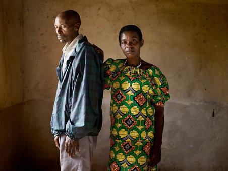 جان پیر کارنزی مرد حاضر در این تصویر، پدر و سه برادر زن حاضر در تصویر را کشته است. اواستا موکانایاندا زنی که دستش را بر روی شانه قاتل نزدیکانش گذاشته، به درخواست عفو این مرد پاسخ مثبت داده است و در صلح زندگی می کنند