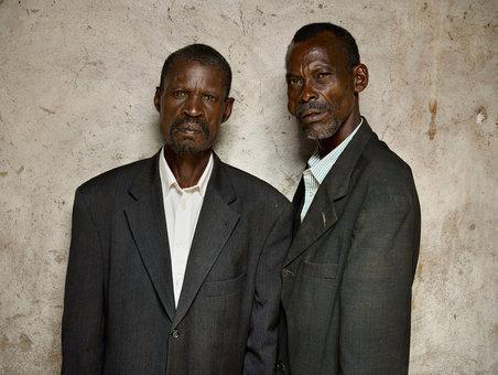 مرد سمت چپ شاهد کشتن برادر مرد سمت راست توسط اطرافیانش بوده است. گاهی اوقات عدالت نتیجهای رضایتبخش ندارد