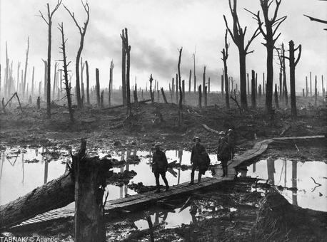 سربازان پیاده استرالیا در منطقه duckboard در حال حرکت در مسیر سراسر گل آلود در نزدیکی Hooge، بلژیک، در ۱۹۱۷