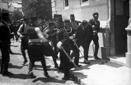 پلیس ضارب آرشیدوک فرانتس فردیناند، وارث تاج و تخت اتریش و مجارستان را در سارایوو (بوسنی) دستگیر و به اداره پلیس منتقل میکند. ۲۸ ژوئن سال ۱۹۱۴
