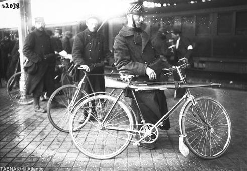 سربازان بلژیکی همراه با دوچرخه در بولونی، فرانسه، ۱۹۱۴