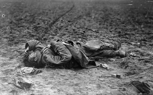 جنازه یک سرباز اتریشی در میدان نبرد، در سال ۱۹۱۵