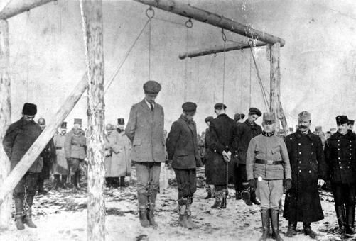 نیروهای نظامی اتریش مجارستانی، غیر نظامیان صرب را در اقدامی نژاد پرستانه حدود سال ۱۹۱۵ اعدام کرده اند. صربها همواره مورد خشونت در این جنگ قرار می گرفتند.