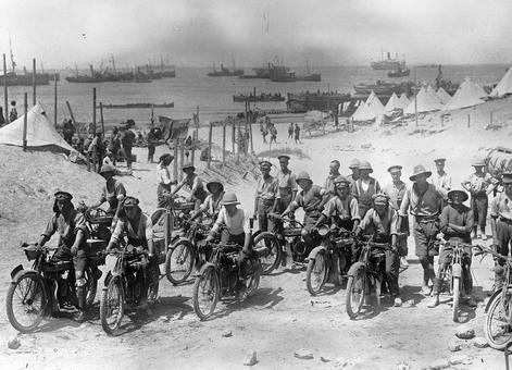 سربازان انگلیسی سوار بر موتور سیکلت در تنگه داردانل سال ۱۹۱۵