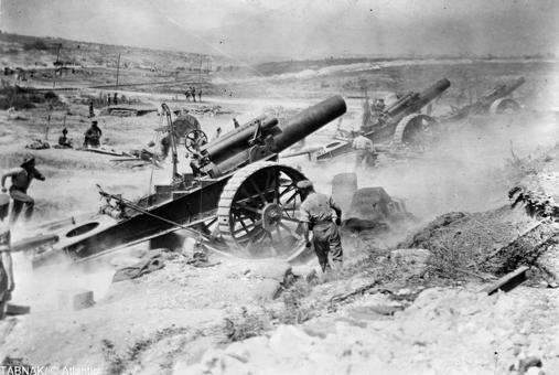 توپخانه بریتانیا در حال بمباران مواضع آلمان در جبهه غرب