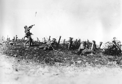 سرباز آلمانی در حال پرتاب یک نارنجک دستی علیه مواضع دشمن