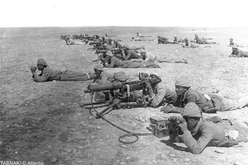 سربازان عثمانی در حال دیدبانی و آماده شدن برای دفاع در مرز غزه و سینا ۱۹۱۷