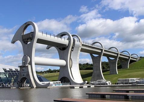 بزرگترین چرخ دنیا-بزرگترین چرخ بالابر دنیا در اسکاتلند قرار دارد. این چرخ بالابر مخصوص قایقها است و در سال ۲۰۰۲ افتتاح شده است. این چرخ قابلیت حمل و انتقال همزمان قایقها در هر چهار طرف یک دریاچه را دارد.