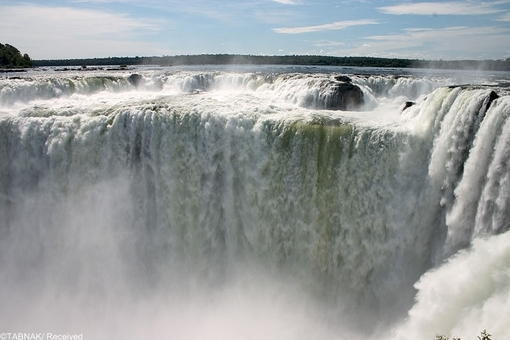 آبشار خاق العاده ایگوآزا-این آبشار فوق العاده و عظیم در بزریل و در نزدیکی مرز آرژانتین واقع شده است . این آبشار به دلیل بزرگی و ویژگی منحصر به فرد جزو عجایب هفت گانه دنیا طبقه بندی شده است .