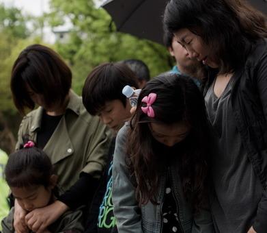 گروهی از مردم در شهر آنسان، جایی که بیشتر قربانیان دانشآموزان ساکن آن بودهاند در برابر خودروهای حمل بدن قربانیان به نشانه اندوه سر خود را پایین انداختهاند.چانگ هونگوان، نخستوزیر کره جنوبی، در پی سانحه غرق شدن یک کشتی در آبهای جنوبی آن کشور، که ۳۰۰ قربانی، عمدتا دانشآموز، برجای گذاشته است، از سمت خود استعفا کرد.به گزارش یونهاپ، خبرگزاری رسمی کره جنوبی، آقای چانگ در زمان تسلیم استعفای خود گفته است بابت مدیرت بد بحران و نقش دولت در واکنش به آن پوزش میخواهد/AFP-RFE/RL