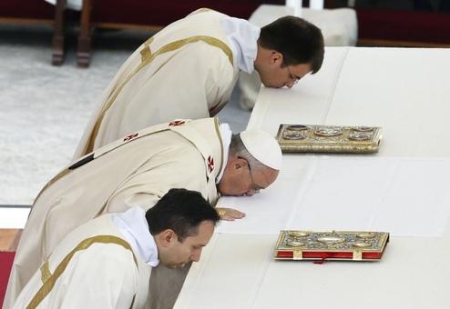 پاپ فرانچسکو در مراسم تقدیس دو پاپ سابق، ژان پل دوم و ژان بیست و سوم، در میدان سن پیر واتیکان، محراب اصلی را می بوسد.در مراسم عشای ربانی که امروز یکشنبه هفتم اردیبهشت (۲۷ آوریل) در واتیکان در فضای باز و با حضور یک میلیون نفر برگزار شد دو پاپ فقید، ژان پل دوم و ژان بیست و سوم برای اولین بار همزمان تقدیس شدند/Reuters