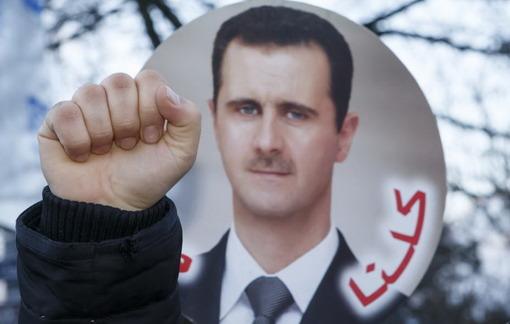 بشار اسد، رئیس جمهور سوریه، با اعلام کاندیداتوری خود در انتخابات پیش روی ریاست جمهوری این کشور، از مخالفانش خواست تا با کنار گذاشتن اسلحه، «اجازه بدهند راهکارهای سیاسی به سه سال درگیری ویرانگر در سوریه خاتمه بدهد.»به گزارش خبرگزاری رویترز، آقای اسد، دوشنبه هشتم اردیبهشت، نامزدی خود در انتخابات ریاست جمهوری سوریه را در دادگاه قانون اساسی این کشور ثبت کرد/EPA-RFE/RL