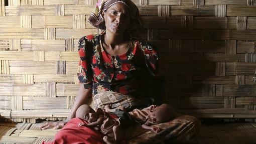 نورباگون، زن آواره روهینگیا در میانمار، دو نوزاد دوقلوی ۲۵ روزه خود را که گرسنهاند در پناه خود گرفته است. محدودیت کمکهای جهانی، بحران سلامتی مردم در ایالت مسلمان نشین راخین در غرب میانمار را تشدید کرده است. در ماه فوریه امسال، حکومت میانمار گروه اصلی تأمین کننده بهداشت بیش از نیم میلیون ساکن این ایالت را اخراج کرد. سازمان ملل متحد میگوید در درگیریهای مذهبی ایالت راخین، دست کم چهل تن از مردم روهینگیا کشته شدهاند. اکنون ۱۴۰ هزار روهینگیا در کمپها زندگی میکنند و نیازمند بهداشت و سایر کمکهای بشردوستانهاند./Reuters