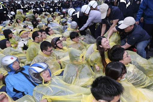 هزاران تایوانی سه شنبه با تجمع در خیابانی که به ایستگاه قطار مرکزی تایپه منتهی میشود، نسبت به ساخت این نیروگاه اتمی اعتراض کردند. تجمع این افراد باعث شد عبور و مرور خودروها متوقف شده و جابجایی نزدیک به ۴۵۰ هزار نفر مختل شود. معترضان میگویند که فقط توقف کار ساخت نیروگاه کافی نیست کلا این طرح باید لغو شود./REUTERS