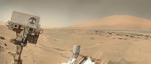 مریخ نورد کنجکاو «Curiosity» «عکس (سلفی) منحصربفردی از خود به کره زمین و ناسا فرستاده است. این تصویر پانوراما حاصل اتصال ده عکس عمودی به یکدیگر است. این خودرو مجهز به دو جفت دوربین ناوبری (NavCams) است که با اسکن سطوح پیش رو به مهندسان ناسا در زمین کمک میکند تا کاوشگر را در جهت درست هدایت کنند. با کمک دوربینهای اجتناب از خطر که در پایین خودرو نصب شدهاند، کاوشگر میتواند بدون برخورد با موانع خطرناک به راه خود ادامه دهد. دوربینهای روی دیرک (MastCams) دوربینهای علمی هستند. آنها میتوانند از سطح مریخ، تصاویر رنگی سه بعدی و یا حتی تصاویر ویدیویی تهیه کنند. یکی از دوربینها دارای لنز واید و دیگری لنز تلهفوتو است/ JASON MAJOR / MSSS / JPL-CALTECH / NASA»