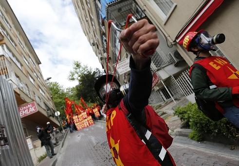 یک معترض در روز جهانی کارگر در استانبول، با تیرکمان پلیس ضد شورش را هدف قرار داده است. پلیس ترکیه روز پنجشنبه تلاش کرد با آب پاش و گاز اشک آور صدها تظاهر کننده را متفرق کند. معترضان با نادیده گرفتن ممنوعیت تظاهرات اول ماه مه، خود را به میدان تقسیم یعنی کانون اعتراض ها در تابستان گذشته رساندند/Euronews