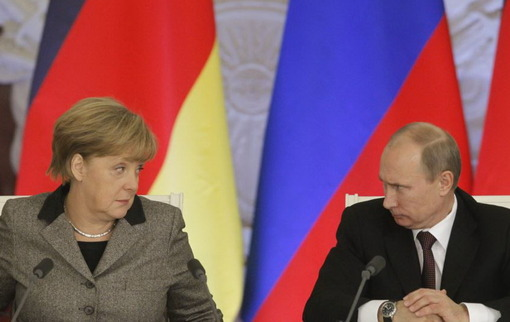 آنگلا مرکل، صدراعظم آلمان، مجددا از ولادیمیر پوتین، رئیسجمهوری روسیه خواست تا از نفوذ خود برای آزادی هفت ناظر اروپایی اسیر شده در شرق اوکراین استفاده کند. در همین حال مقامات اوکراینی میگویند که کاردار نظامی روسیه در کییف را به اتهام جاسوسی دستگیر کردهاند/Reuters-RFE/RL