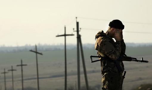 کییف میگوید در برابر اقدامات جداییطلبان در شرق اوکراین درمانده است، در عین حال روز چهارشنبه دهم اردیبهشت ماه رئیسجمهوری اوکراین گفت ارتش آن کشور در برابر حمله احتمالی روسیه به حال «آمادهباش کامل جنگی» درآمده است/Reuters-RFE/RL