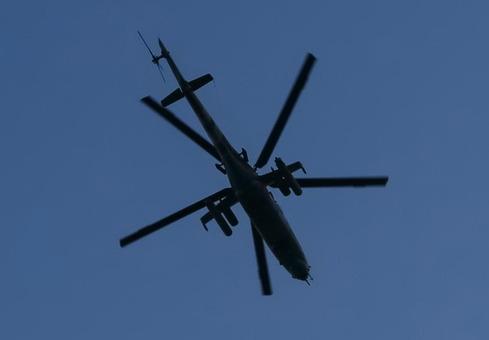 این عکس یک هلیکوپتر ارتش اوکراین را در تاریخ ۱۵ آوریل نشان میدهد.«حمله نیروهای ارتش اوکراین» به جداییطلبان در اسلوویانسک روز جمعه ابعاد جدیدی پیدا کرده است.خبرگزاری آسوشیتدپرس از قول شهردار خودخوانده اسلوویانسک، گفته است که «نیروهای دفاعی» (جداییطلبان) دو فروند هلیکوپتر دولتی را سرنگون کرده و یک خلبان را نیز اسیر کردهاند. شبکه روسی «راشا تودی» نیز میگوید ارتش اوکراین این شهر را محاصره کرده و «از ۲۰ هلیکوپتر» علیه «نیروهای دفاعی» آن استفاده شده است/Reuters-RFE/RL